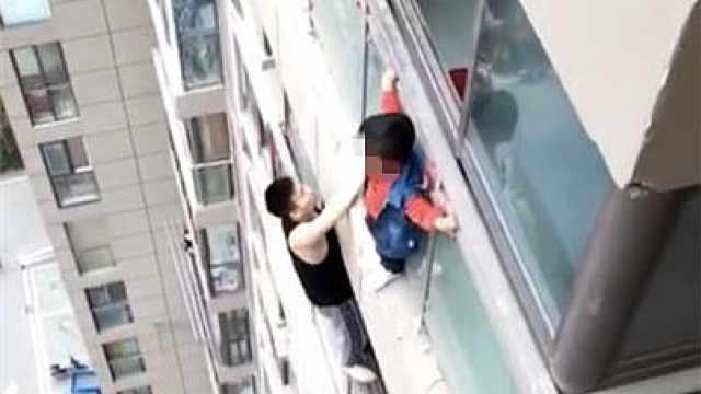 """男孩挂在14楼,脚下冒出""""蜘蛛侠"""""""