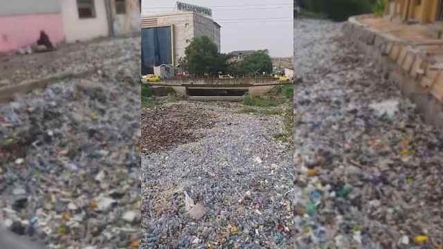 刚果首都垃圾围城,塑料瓶侵吞河岸