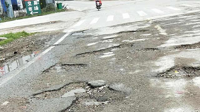 鹰潭老206国道路坑洼不平车辆难行