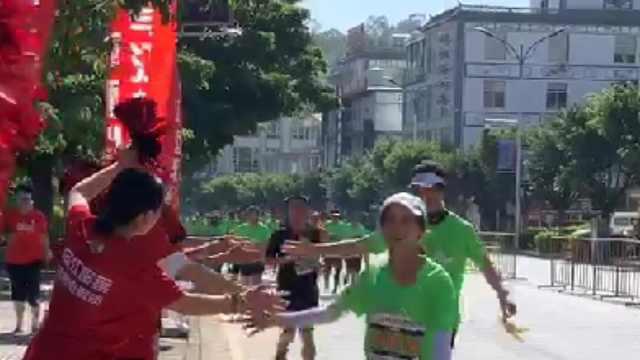 2019年大理马拉松啦啦队为选手加油
