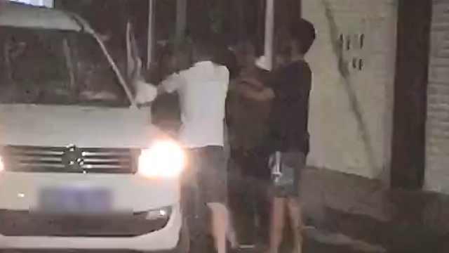 滴滴司机拒载醉猫,当街被5乘客暴打