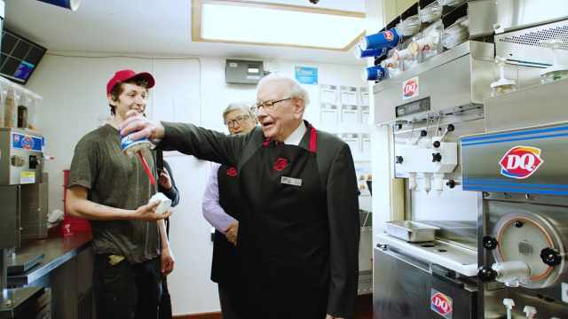 围观:盖茨和巴菲特在冰淇淋店打工