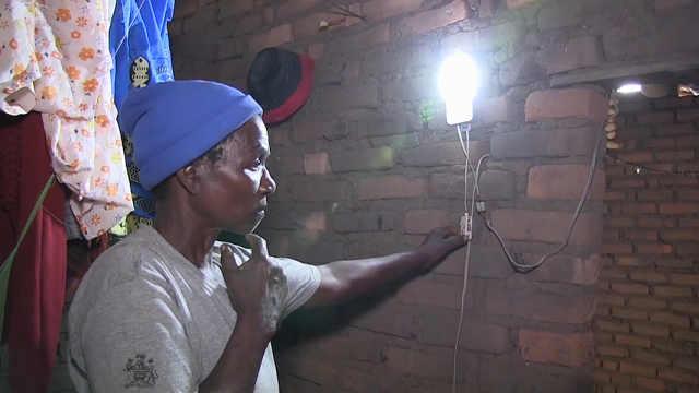太阳能妈妈将清洁能源送到非洲农村