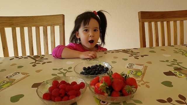 中德混血小萌妹,3岁就会做家务?