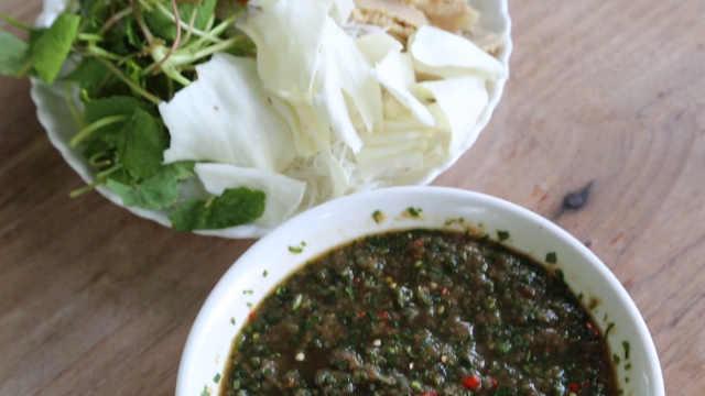 苦水拌生肉,游客必打卡的傣族名菜