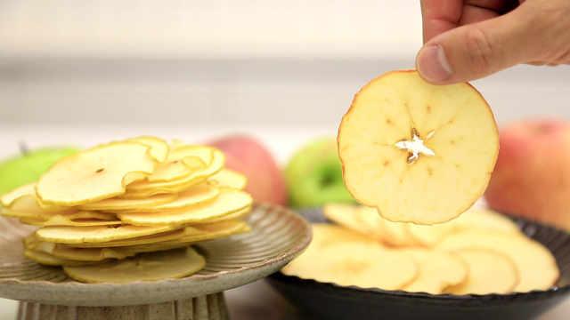 烤苹果片:酸甜脆薄的水果切面标本
