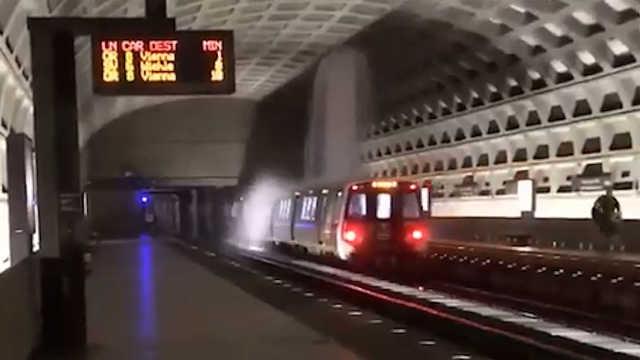 美国华盛顿突降暴雨,地铁变水帘洞