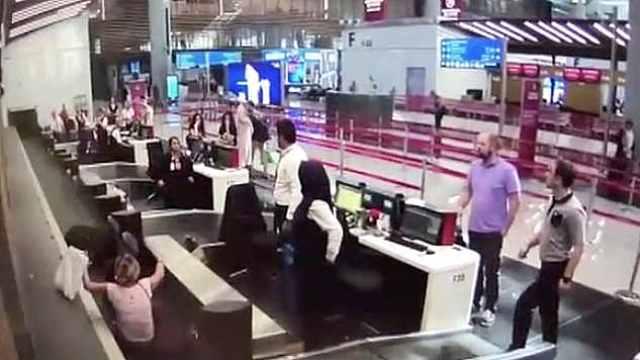 女子踩上行李传送带登机,旁人懵了