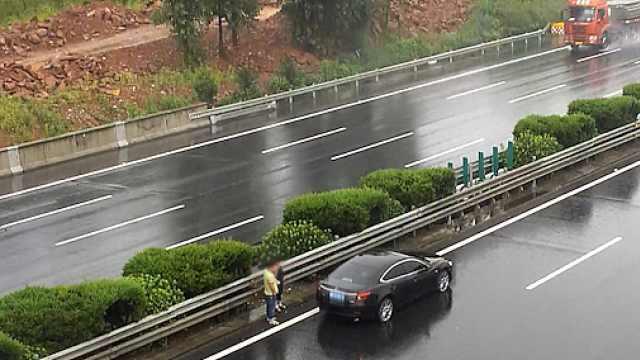 错误示范!小车爆胎,女司机停超车道