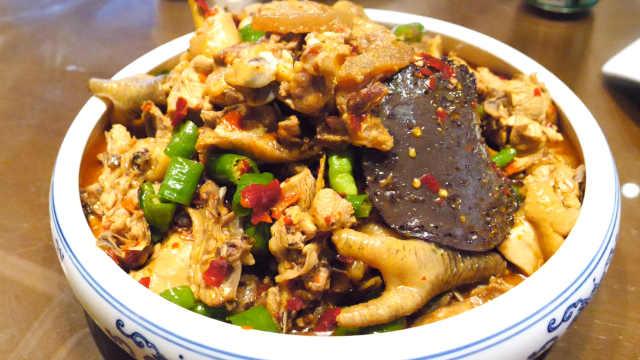 珠梅土鸡:炒鸡前得先用五花肉热锅