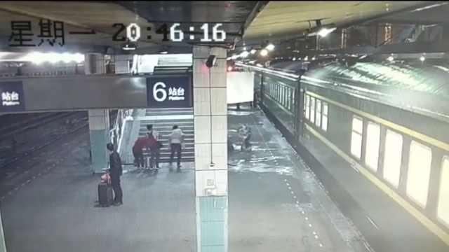 女童突发急病,铁路职工背上救护车