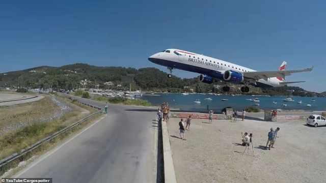 险!飞机剃头式降落引游客扎堆拍照