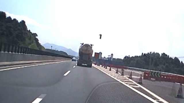 高速路突然飞来铁块,直击后方来车